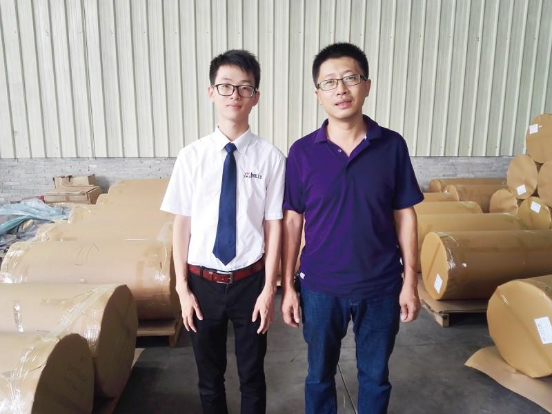 佛山多邦高分子材料有限公司程总(右)和记者(左)合照