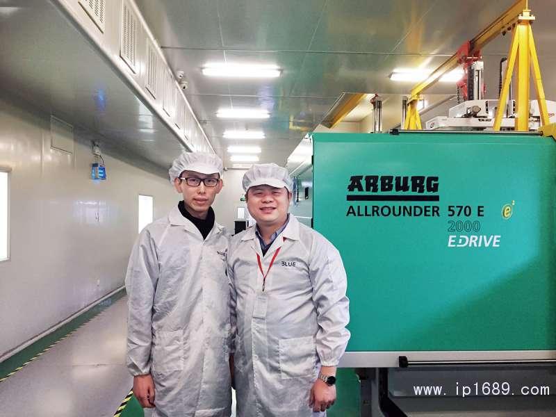 贝万德公司Marketing-Manager-Danny-Sair-佘建荣(左)与阿博格(深圳)大区销售经理萧航合影