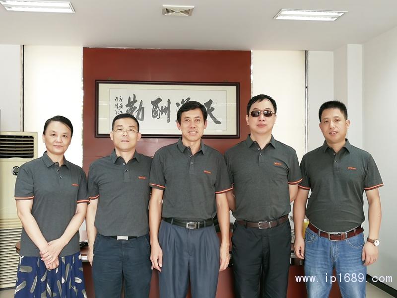 广东威利坚机械集团董事长陈为群(中)
