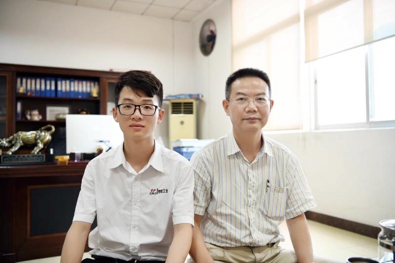 李代珍(右)与记者合影