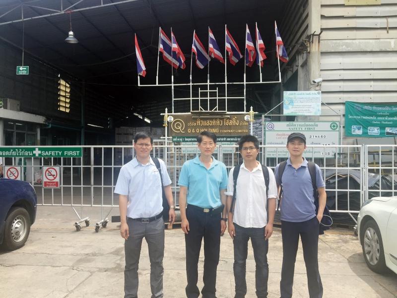 Q&Q控股有限公司董事长丘本国(左二)与本刊记者合影