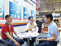 金纬机械董事长何海潮(左)与客户合影