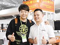 河北凌凤塑机王总(左)与《塑胶工业》杂志徐森合影