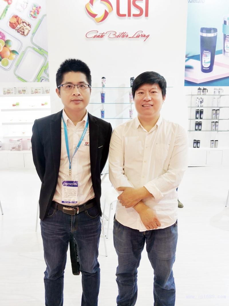 记者和王波设计总监(右)