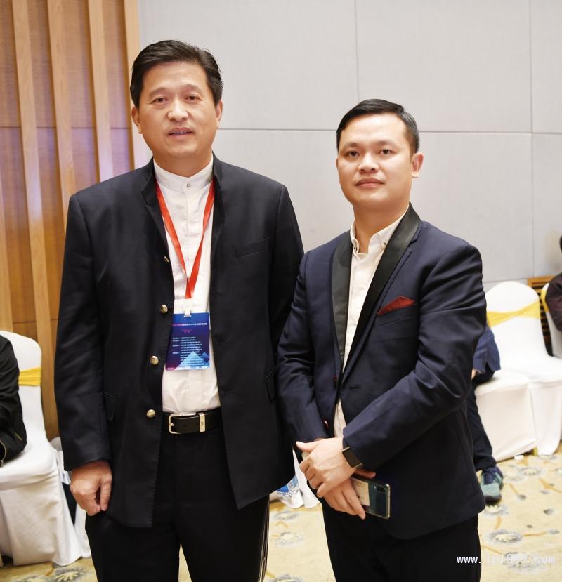 苏州奥凯股份总经理朱山宝(左)与本刊记者徐森合影