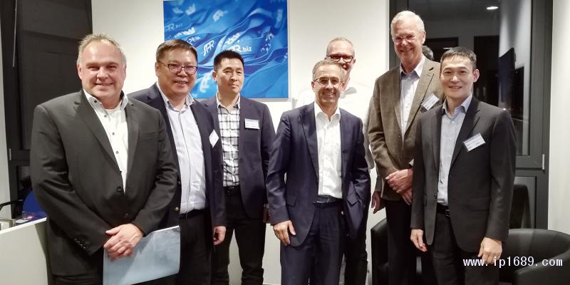 伊之密CEO甄荣辉(左二)与德国SAR团队