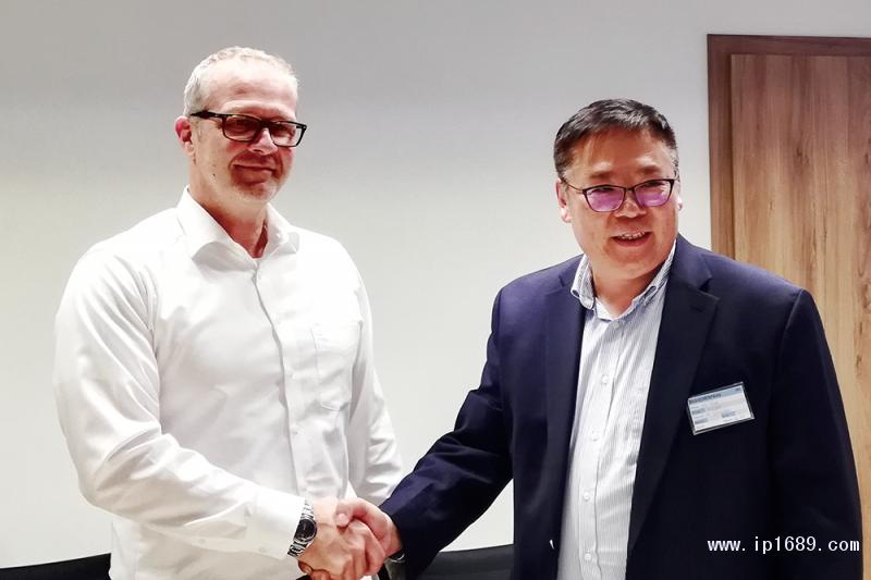 伊之密CEO甄荣辉与德国SAR集团塑料系统销售经理Peter-Sudler
