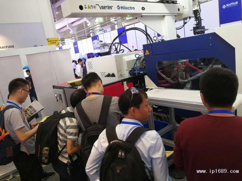 客商观看硅胶光学元件生产