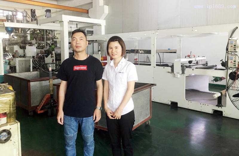 东莞市鑫溢塑料有限公司郑文义总经理(左)