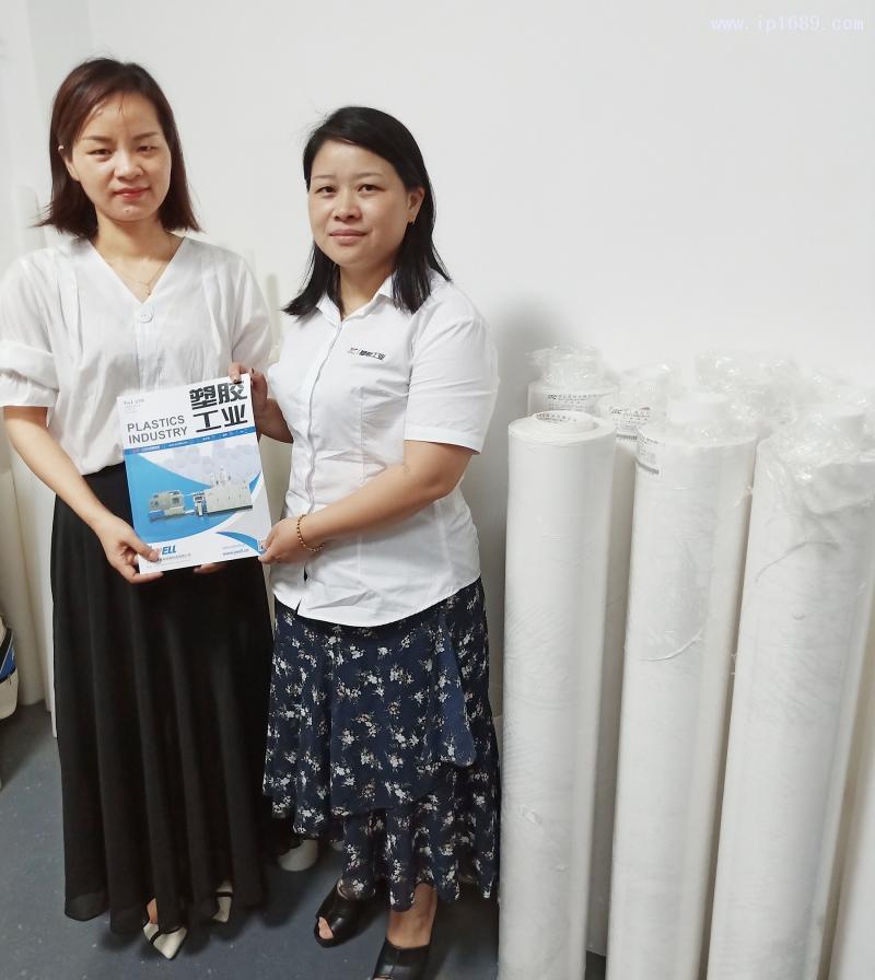 东莞德永塑胶制品有限公司销售刘琴(左)与《塑胶工业》发行