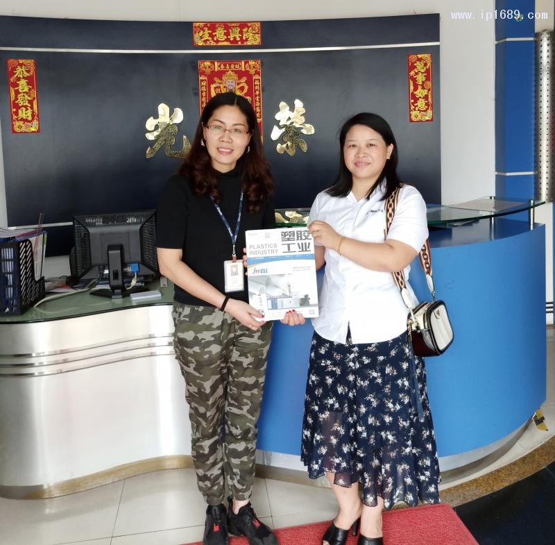 图注:光荣塑胶五金厂采购部经理谢丽红(左)