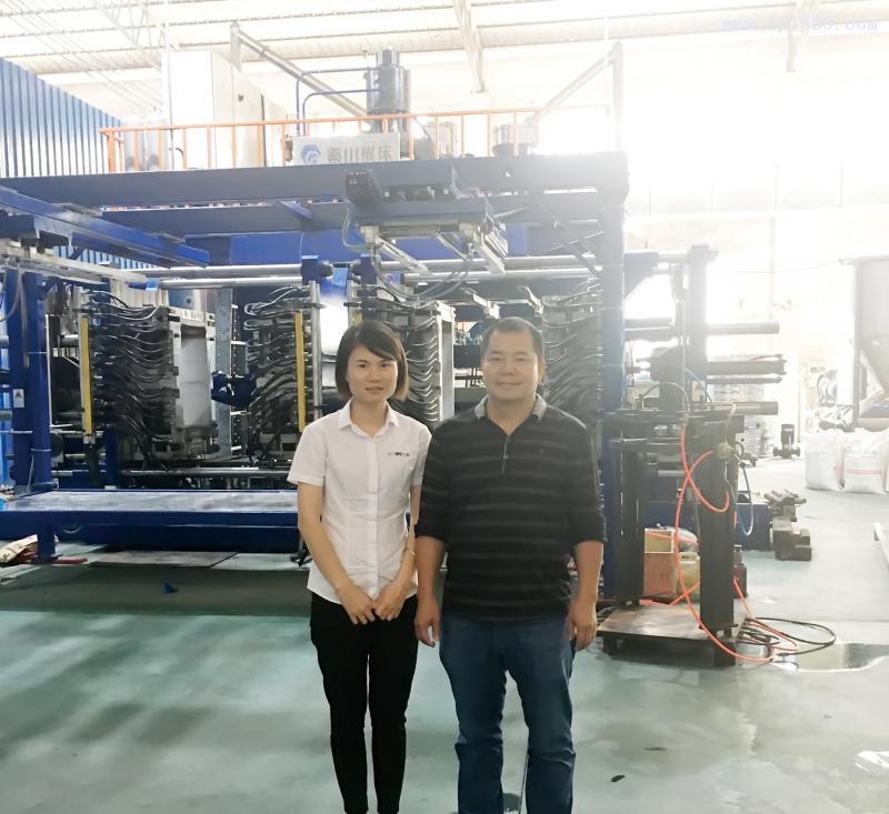 佛山市南海长进塑料制罐有限公司副总经理杨文强(右)