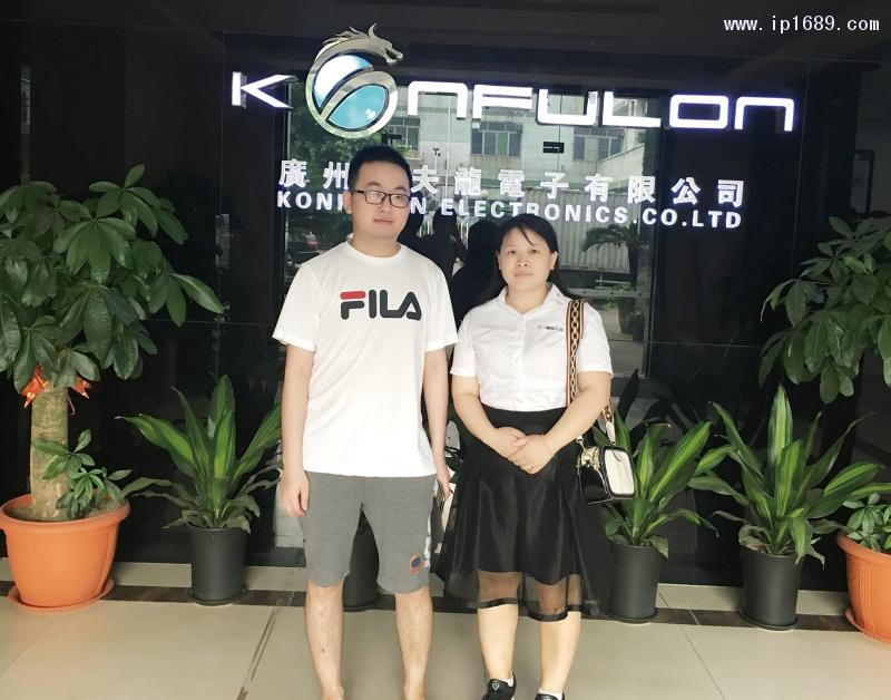 广州市工夫龙电子有限公司销售经理范经理(左)