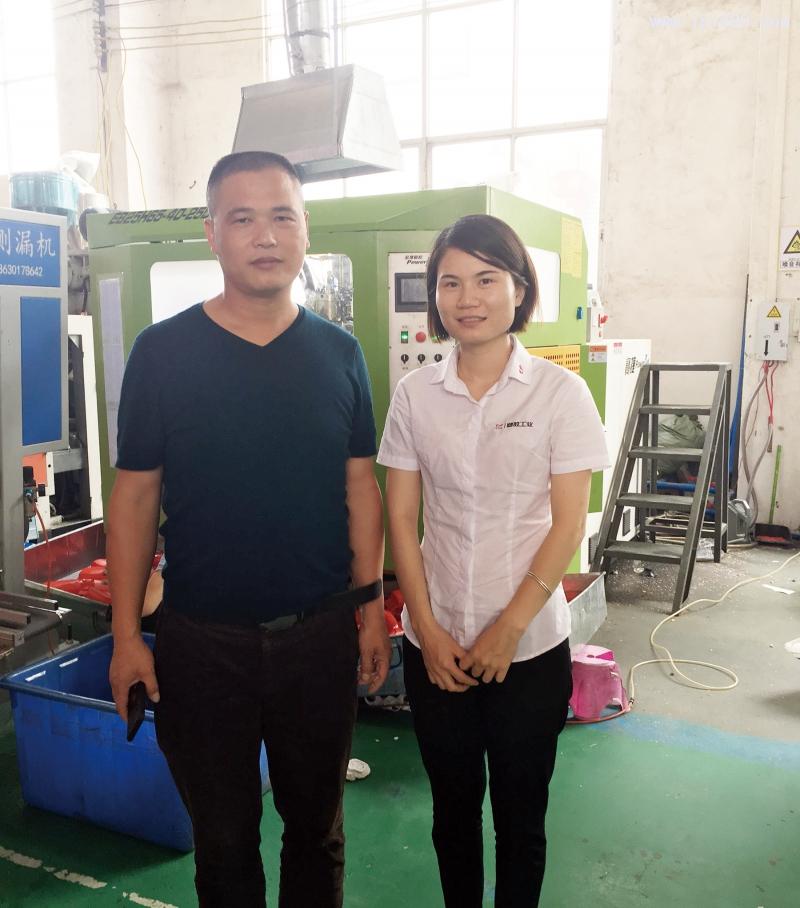 广州市维美塑料容器有限公司董事长黄海力(左)