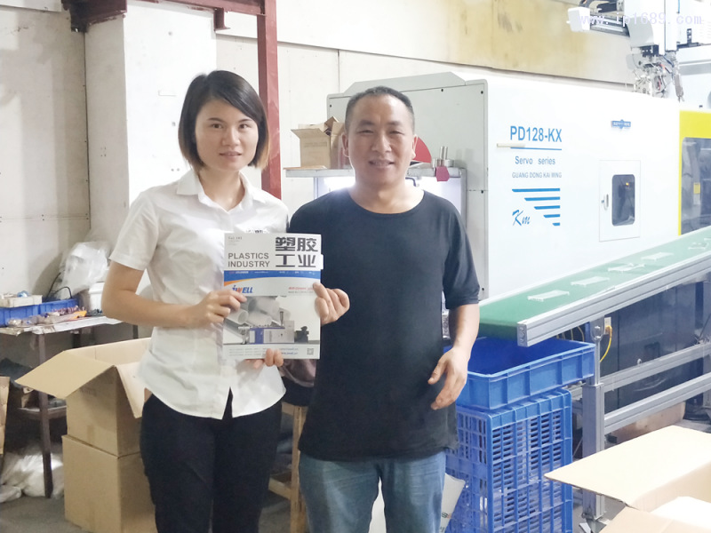 启航塑料制品有限公司董事长周发国(右)