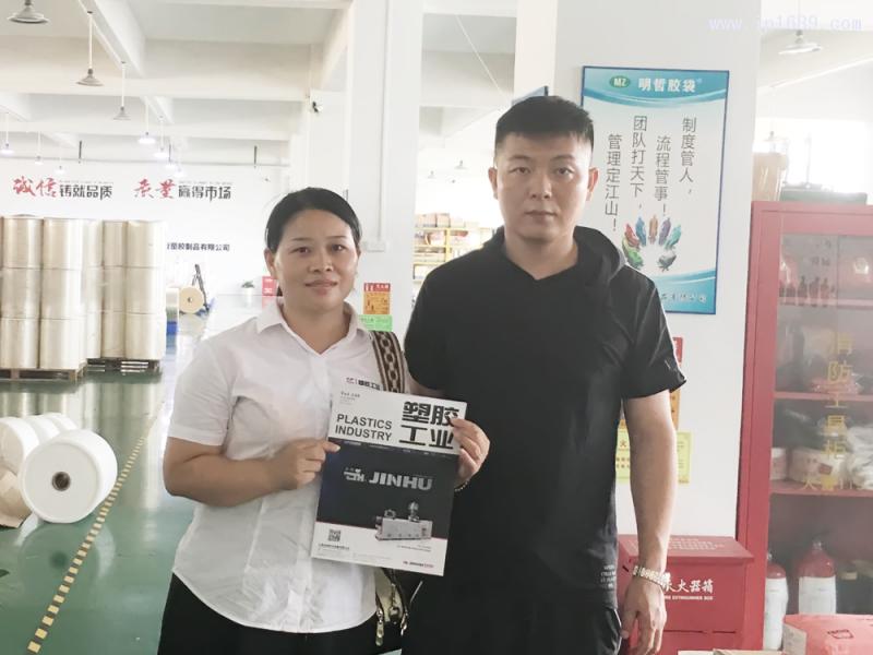 深圳明哲塑胶制品有限公司销售经理邵春(右)