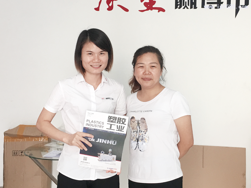 广州市越锐塑料制品有限公司经理王小琳(右)