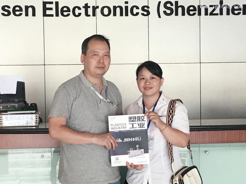 德升电子(深圳)有限公司生产经理张国辉(左)