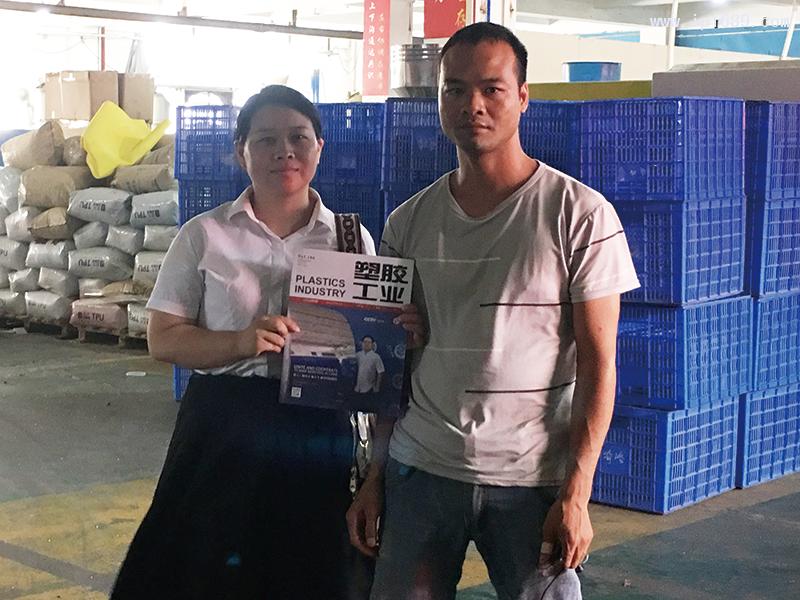 广州奇洛塑料制品有限公司生产部经理欧勇才(右)