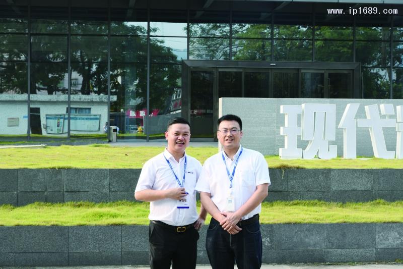 现代精密集团总监李毅峰(右)