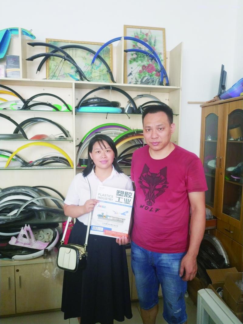 广州市勤智工艺制品厂总经理李世雄(右)