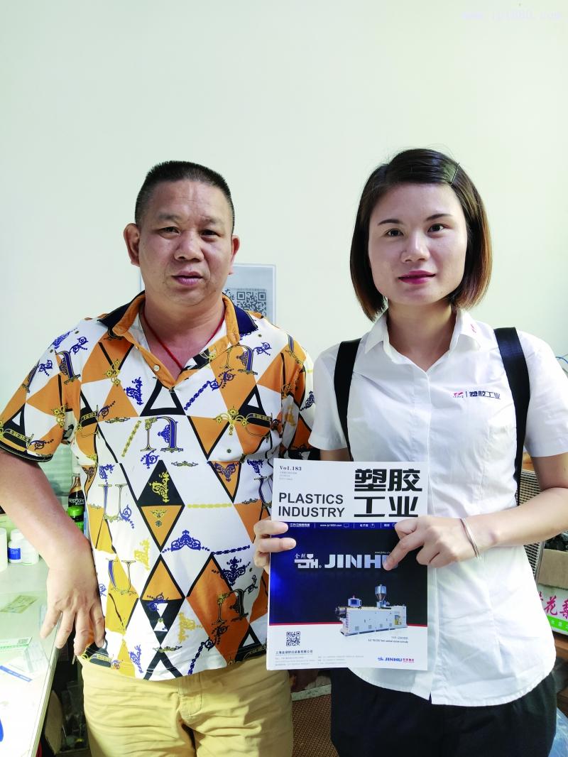 森兔数码科技制品有限公司总经理翁进明(左)