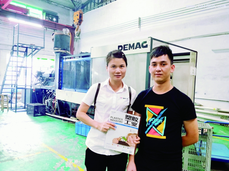 向辉五金塑料厂主管胡志清(右)