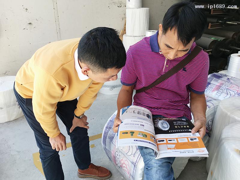 韵业总经理黄仲权(右)观看《塑胶工业》杂志
