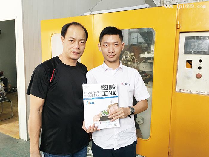 凯盈塑料制品厂麦厂长(左)