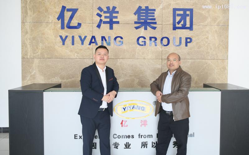 亿洋集团总经理祝锦聪(右)与《塑胶工业》总经理徐森合影