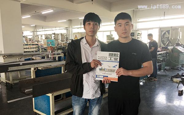 东莞市寮步恒冠塑胶制品有限公司车间经理张植(右)