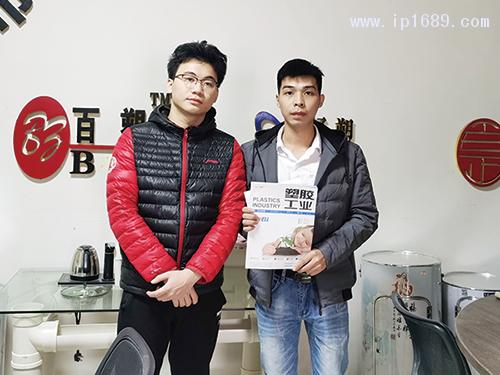 佛山市南海百卓塑料型材有限公司厂长凌先生(左)