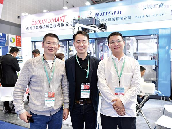 东莞市龙睿机械工程有限公司总经理李跃(中)