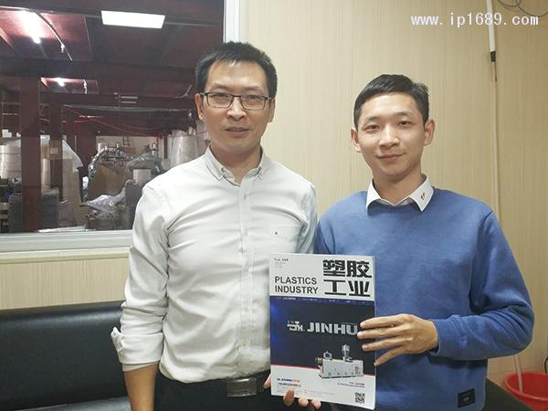 云彩包装有限公司方总经理(左)
