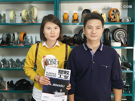 虹健五金塑料厂总经理黄泽波(右)