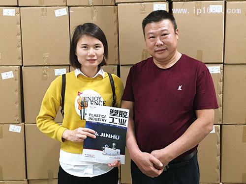 华注塑料制品厂总经理罗德彬(右)