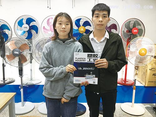 绍特家用电器有限公司总经理助理莫小姐(左)