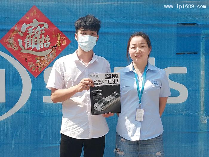 东晟密封科技有限公司设计研发部主管翟兰兰(右)1