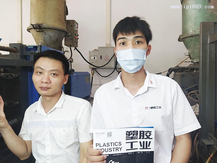 笤峰电子科技有限公司车间主管覃先生(左)1