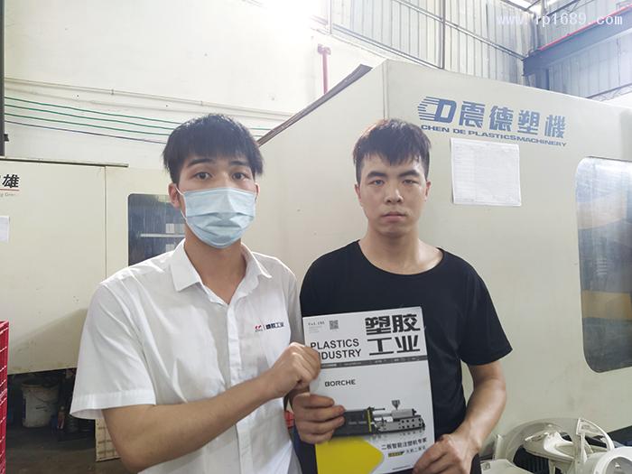 泓尧塑料模具有限公司技术员李先生(右)