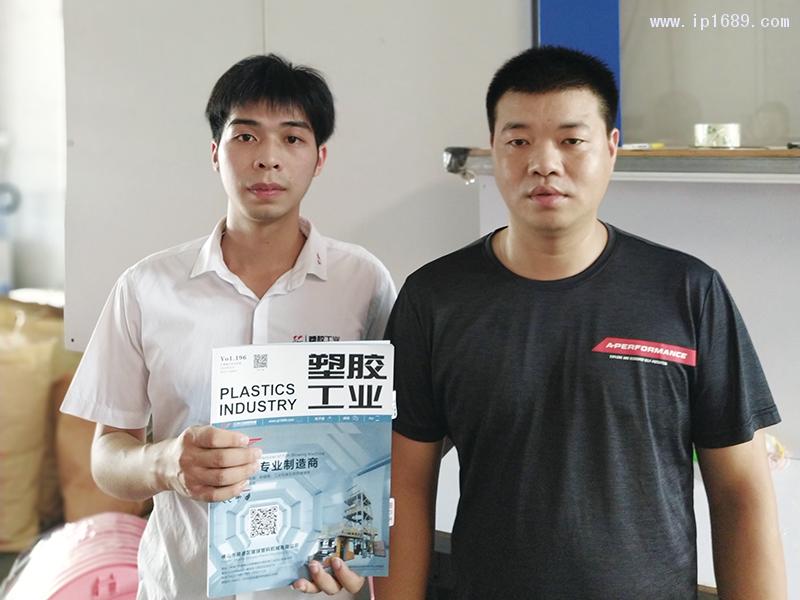海旺五金塑料厂厂长吴先生(右)