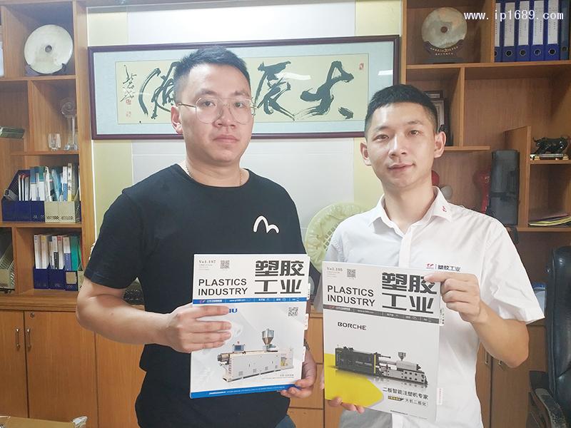 泽安塑料制品有限公司总经理冼东佑(左)