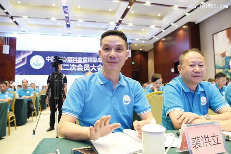 宁波伟立机器人科技股份有限公司-董事长-裘洪立(左)