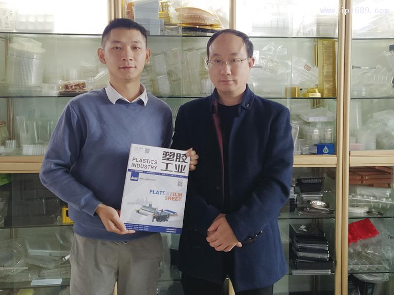 安徽锐洁塑业有限公司总经理朱双七(右)