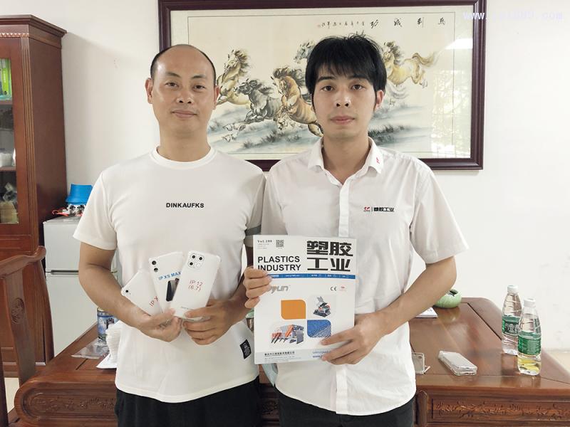 塑润塑料制品厂总经理谢茂胜(左)