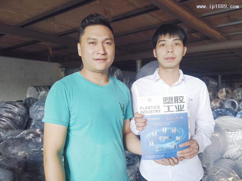 中山市古镇诚普达塑料加工厂厂长符定清(左)