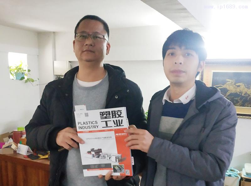 广州和唐塑料制品有限公司总经理舒坚强(左)