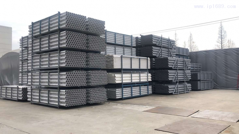 上海深海宏添建材有限公司厂房前堆放的产品