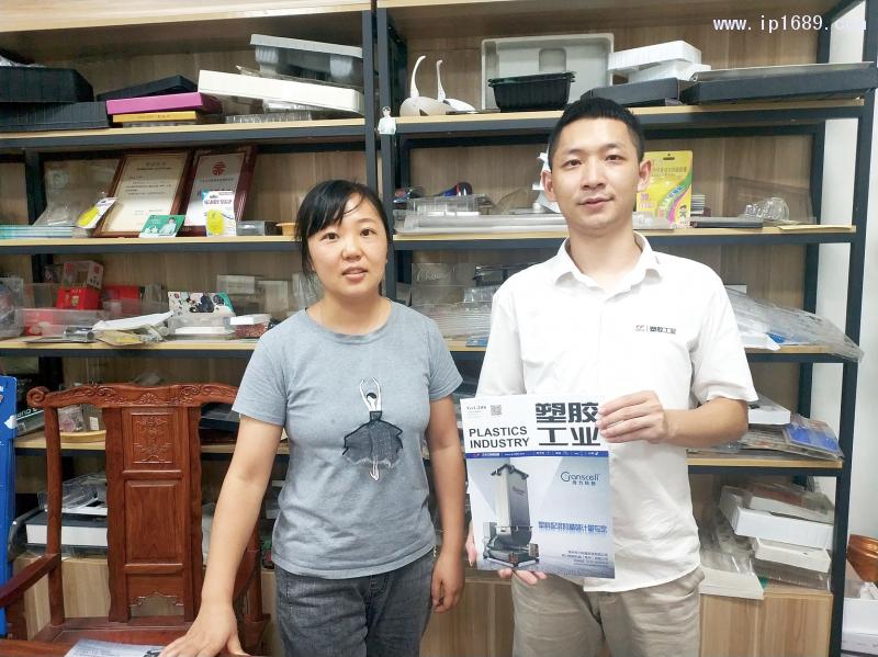 佛山市腾博包装制品有限公司总经理陆小姐(左)